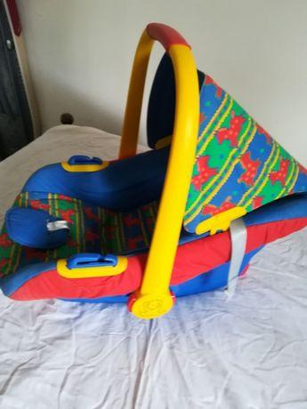 Cadeira de bebé com capota amovível.