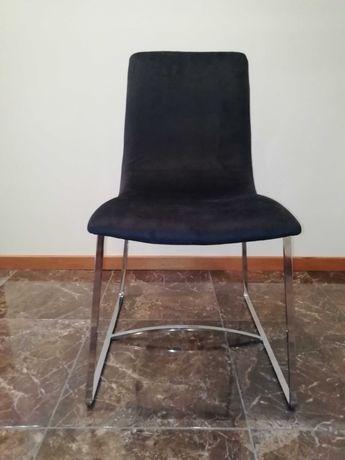 Cadeira cromada com estofo em preto
