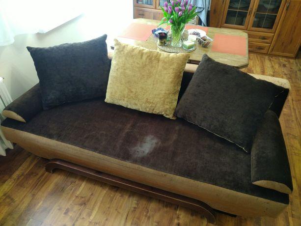 Brązowa kanapa z poduchami