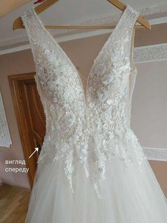 Білосніжне весільне плаття