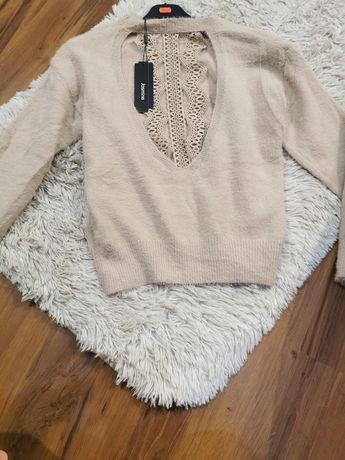 Sweterek z koronką na plecach