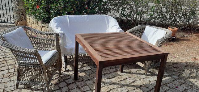 mesa e cadeiras exteriores com almofadas