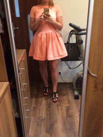 Fajna rozkloszowana brzoskwiniowa sukienka