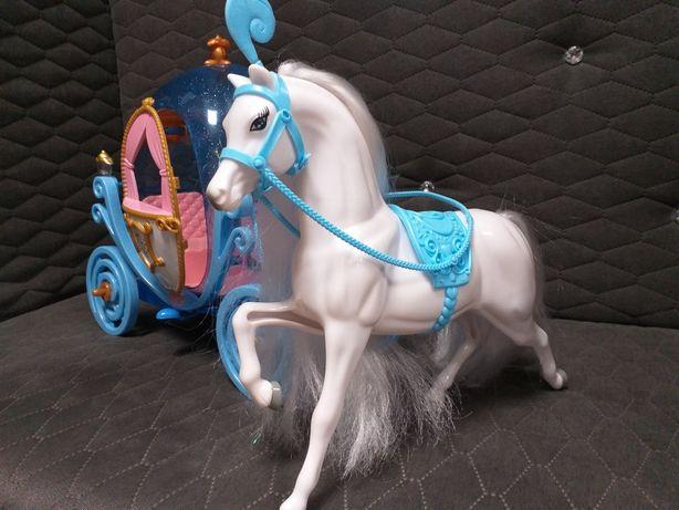 Karoca z białym koniem