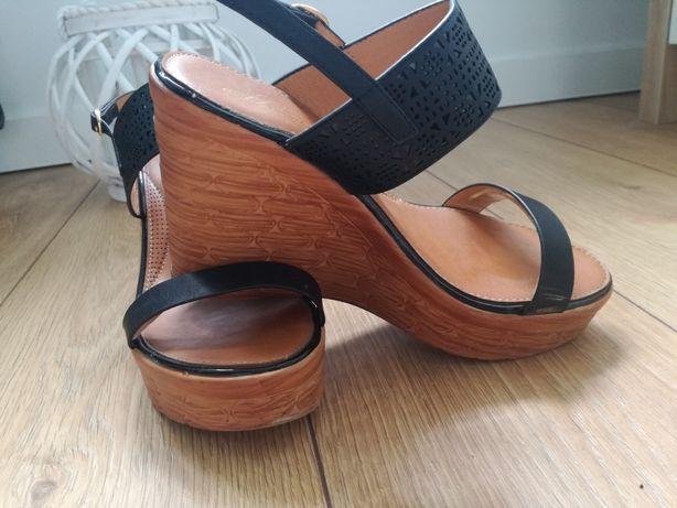 Czarne sandałki, koturny