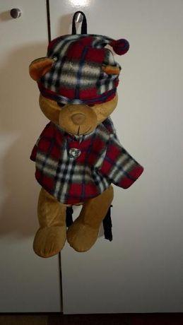 Urso de peluche simpático que é também mochila para guardar o pijama