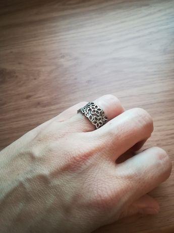 Ażurowy pierścionek ze srebra 0,925