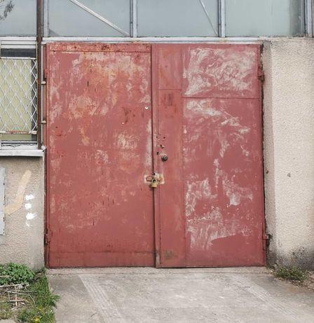 Drzwi brama do hali magazynu obory czy garażu