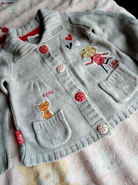 Очень красивый фирменный свитер на девочку