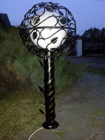 Oryginalna i niepowtarzalna kuta lampa ogrodowa -metoloplastyka