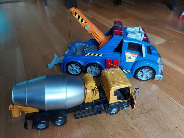 pojazd holowniczy i betoniarka