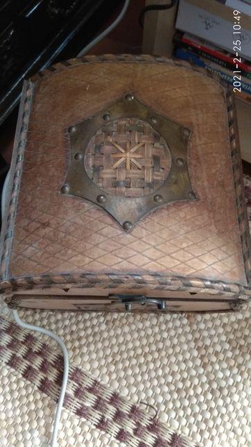 Cestos grandes de vime para roupa e caixas madeira