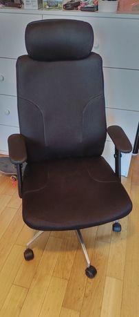 Fotel biurowy obrotowy duży wygodny.