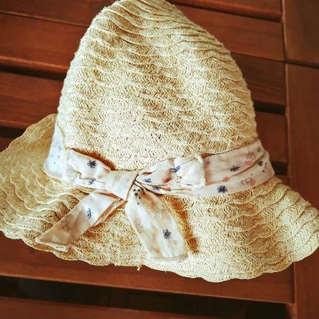 Chapéu de palha com fita florida e lacinho