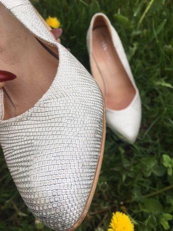 Стильные кожанные туфли серебро шкіряні туфлі срібло каблук