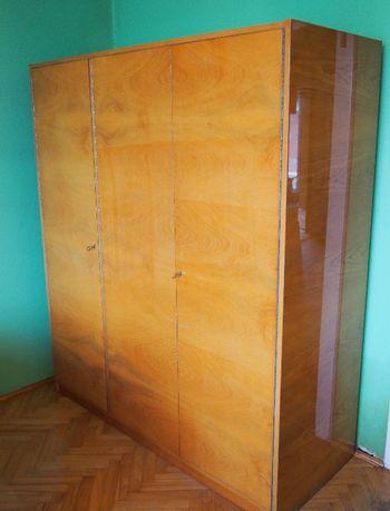 3-drzwiowa drewniana szafa z lat '70, stare meble PRL na wysoki połysk