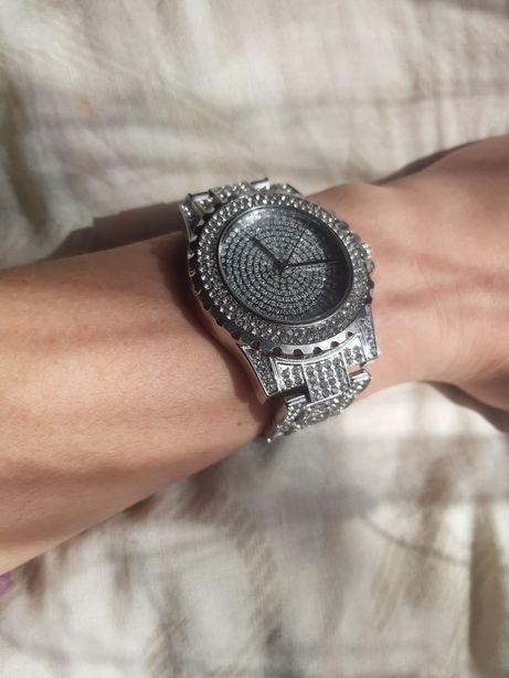 Годинник,вкритий камінням