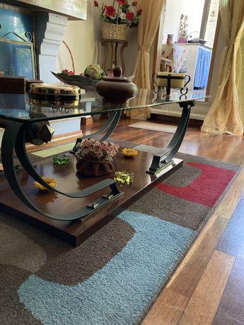 Mesa de sala com base em madeira nobre e pes de metal