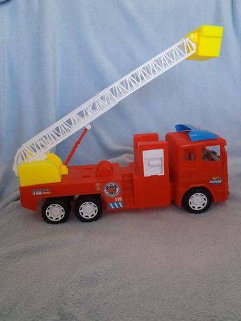 Duży wóz strażacki z napędem straż pożarna