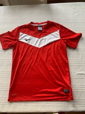 Czerwona koszulka z białym pasem na piersi Nike