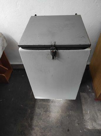 Pojemnik na węgiel do pieca z podajnikiem