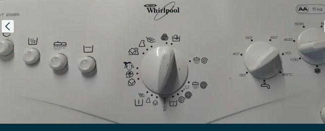 Стиральная машина Whirlpool вертикальной загрузки.