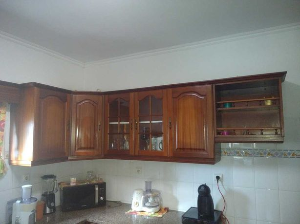Móvel superior de cozinha com canto em Mogno