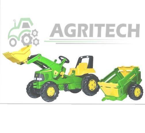 Traktor John Deere z przyczepą i ładowaczem