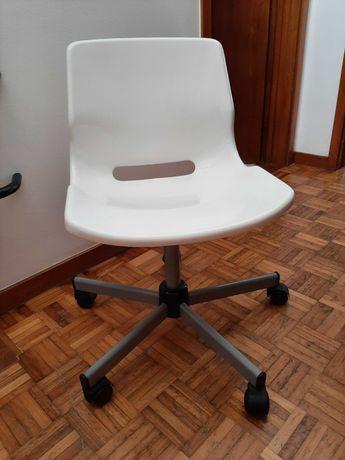Cadeira de escritório branca com rodas