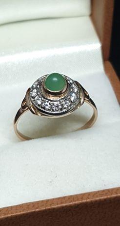 Złoty pierścionek z jadeitem i diamentami