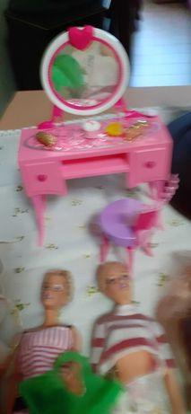 Bonecas variadas e móvel toucador (não vendo separado)