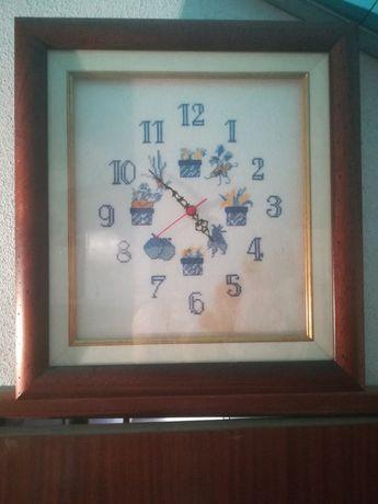 Relógio bordado de parede