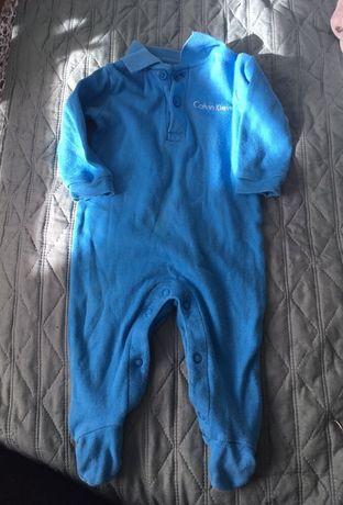 Niebieski pajacyk śpioszki Calvin Klein 3-6 miesięcy chłopiec wyprawka