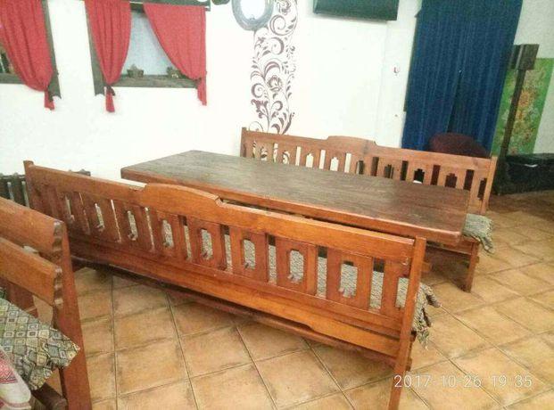 Дубовый стол и скамейки.