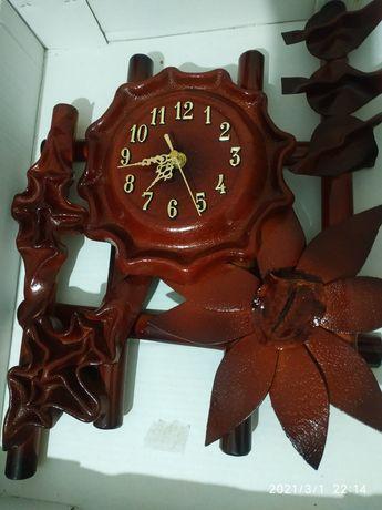 Часи на стіні коричневого кольору