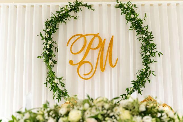 Złote brokatowe inicjały na ściankę ślubną PM