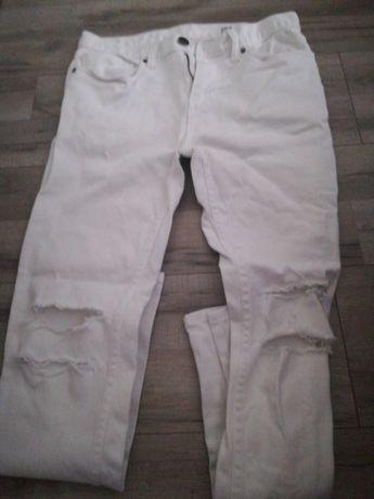 Białe spodnie z dziurami damskie