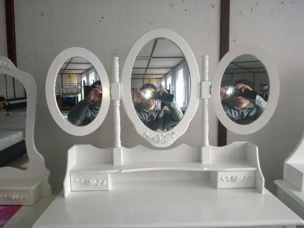 111 Toaletka z lustrem i taboretem