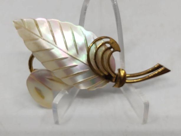 Stara broszka z masy perłowej i mosiądzu