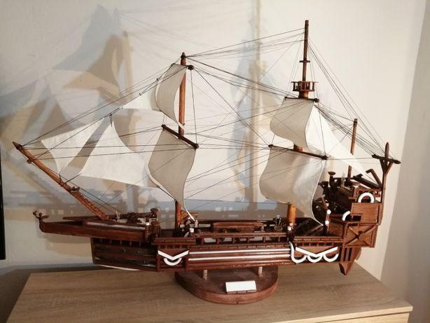 Statek żaglowiec z drewna