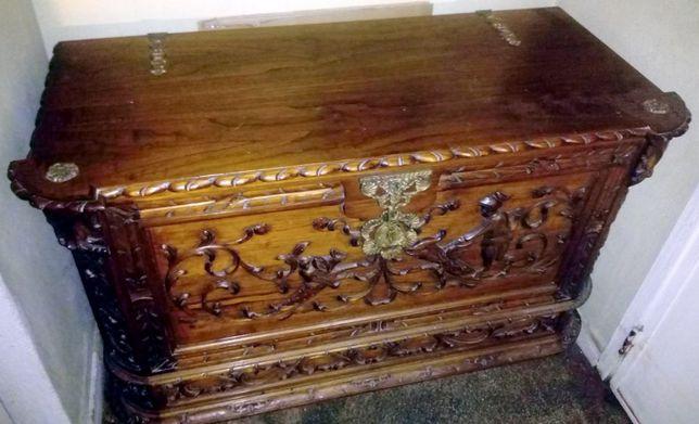 Arca Antiga de madeira maciça (trabalhada à mão)