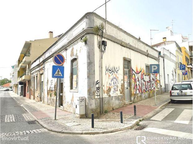 Vende-se moradia (ruina) com estudo para uma V4, na baixa de Faro