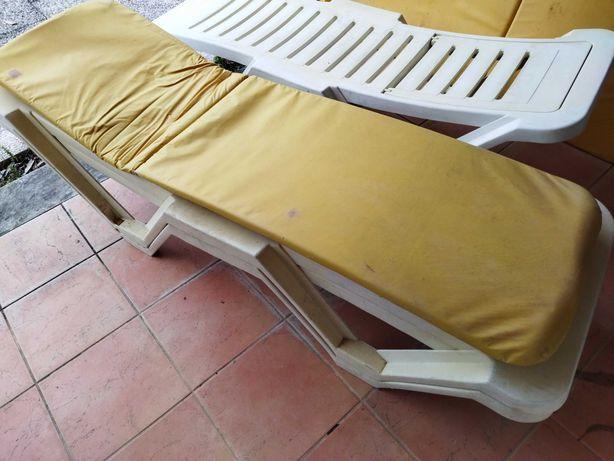 Espreguiçadeira de piscina com colchão