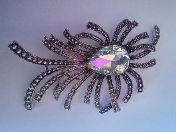 BROSZKA z kryształkiem, w kol. postarzanego srebra NOWA