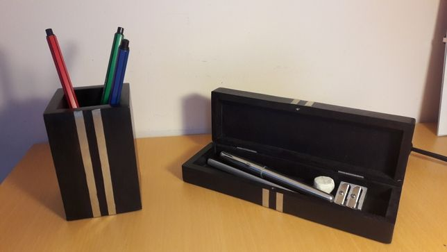 Akcesoria biurowe, drewniany piórnik i pojemnik na długopisy