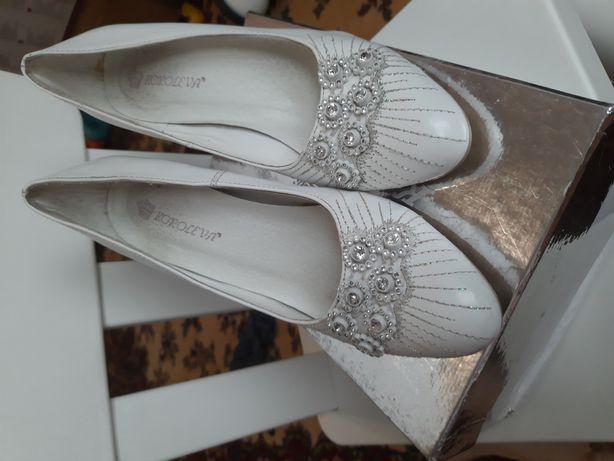 Белые удобные свадебные туфли на шпильке