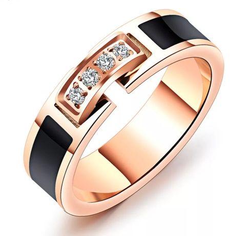 Złote (18k) obrączki z diamentami Swarovski i onyksowymi zdobieniami;