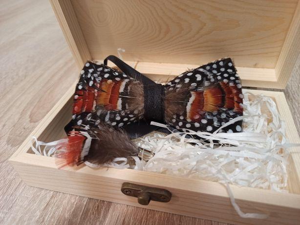 Luksusowa muszka męska + broszka ręcznie wykonana natur pióra  NOWE