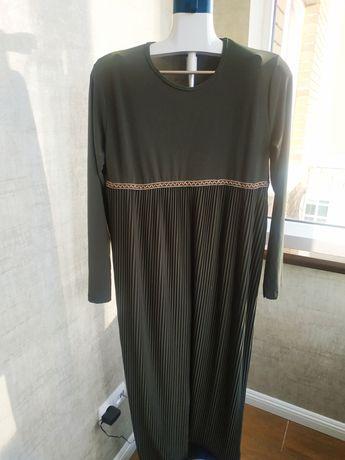 Нарядное женское платье бутылочного цвета
