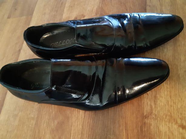 Красивые чёрные лаковые мужские туфли